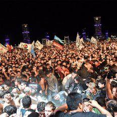El Indio Solari paró el recital al ver personas desmayadas en el público.