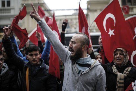 Malestar. Ciudadanos turcos manifiestan frente al consulado de los Países Bajos