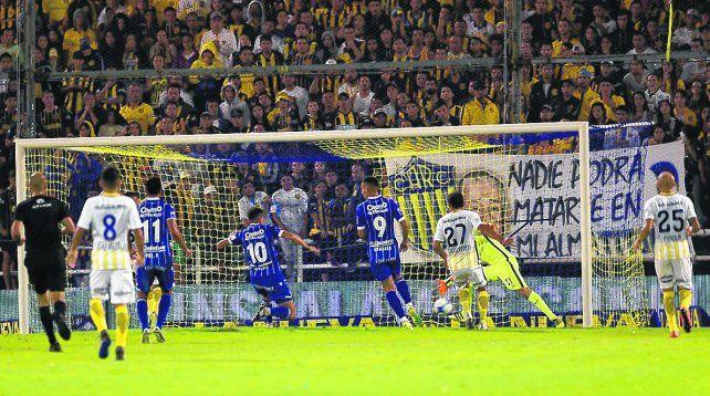 Pelotazo en contra. Giménez marcó el gol mendocino para la desazón de todos los canallas en el Gigante.