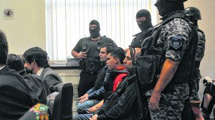 En el juicio. Entre los policía