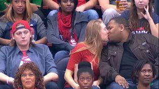No quiso besar a su novia ante la Kiss Cam y la chica se vengó y le hizo pasar un papelón