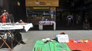 En medio de los puestos de venta ambulante, el local sacó un mostrador para ofrecer sus productos.