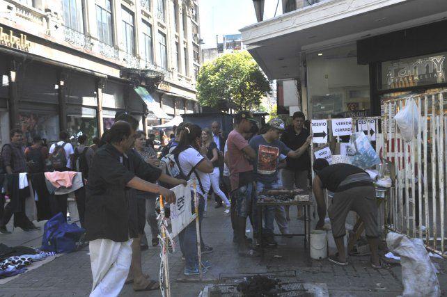 Calentitos los choris. La gente hizo cola para comprarse un choripán en Sarmiento y Córdoba.