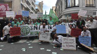 Empleados de General Motors se movilizaron por la peatonal Córdoba por las 350 suspensiones