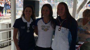 Primera. Julia Arino (en el medio) correrá 10 km en Budapest, tras ganar el selectivo en Santa Fe entre ocho nadadoras más.