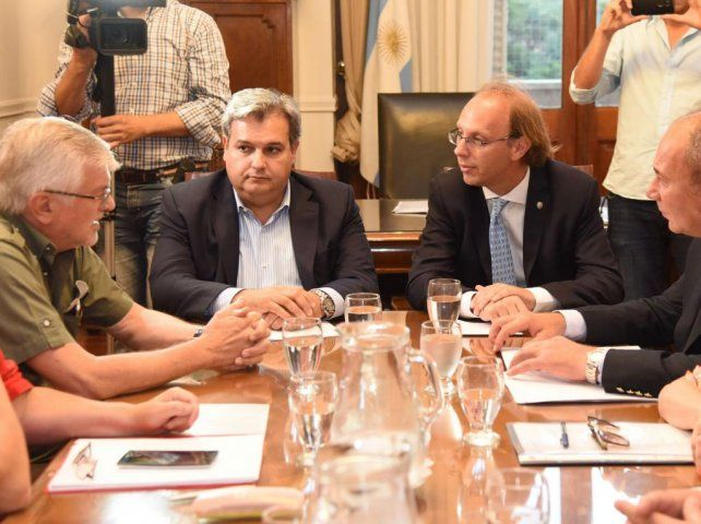 Los ministros Farías y Saglione junto a los representantes de ATE y UPCN