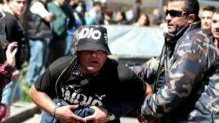 Retratado. César Vega fue captado por las cámaras de video de la terminal. Llevaba una gorra con la inscripción del Indio y arengaba al grupo que hizo destrozos en los locales.