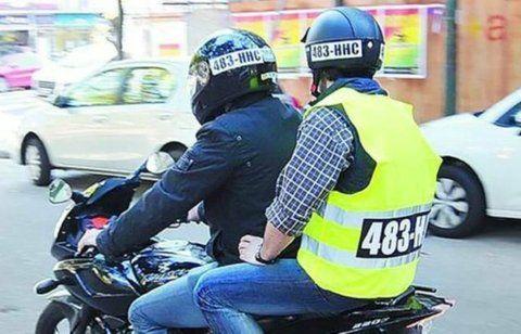 identificados. El casco y el chaleco deberán llevar la patente de la moto.