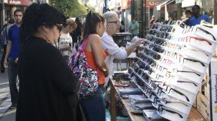 Variedad de opciones para hacer compras en la peatonal Córdoba tras el paro de los municipales.