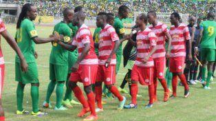 Los jugadores del Simba SC -finalmente el ganador del cotejo- y del Young Africans SC se saludan antes de iniciar el encuentro.