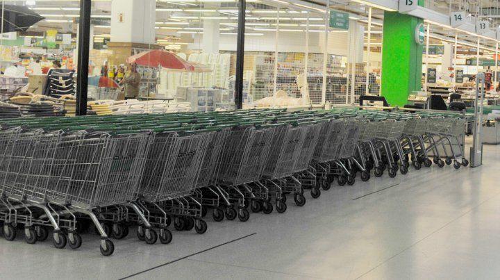 Seis supermercados arbitrariamente tienen sus puertas cerradas contra tres monstruos que abren los domingos