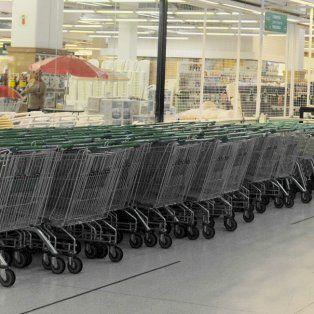 Seis supermercados arbitrariamente tienen sus puertas cerradas contra tres monstruos que abren los domingos, remarcó Verónica Solmi.