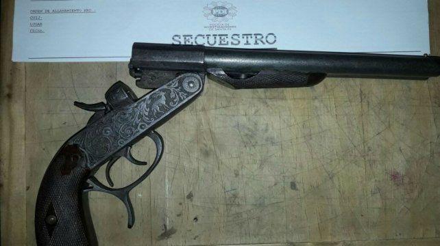 El pistolón forma parte de una de las tantas armas secuestradas en el operativo.
