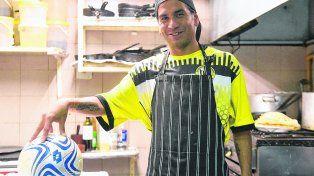 El Chetegol. Ricardo Ojeda es un fiel reflejo de un jugador de la Rosarina que se gana la vida elaborando platos exquisitos. Los domingos hace vibrar a todo Alianza Sport con sus goles.