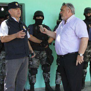 El gobernador Colombi y el jefe de Drogas de la policía de Santa Fe durante el insólito incidente.