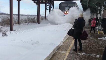 Una gigantesca ola de nieve sepultaa varios pasajeros de una estación de Nueva York