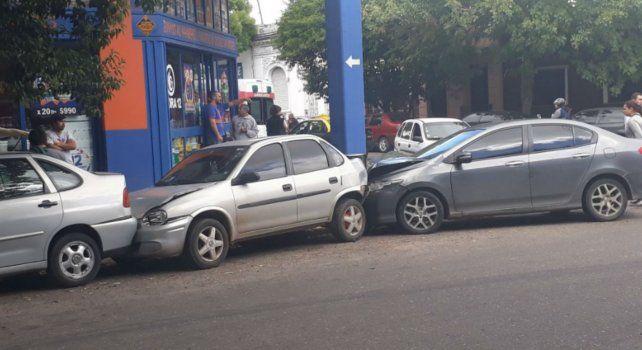 El Civic impactó contra la parte de un Corsa que estaba estacionado.