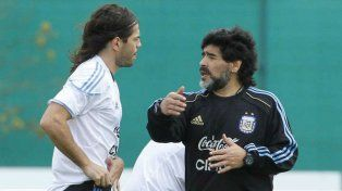 El Chino Garcé recibe indicaciones de Maradona en un entrenamiento con la selección argentina