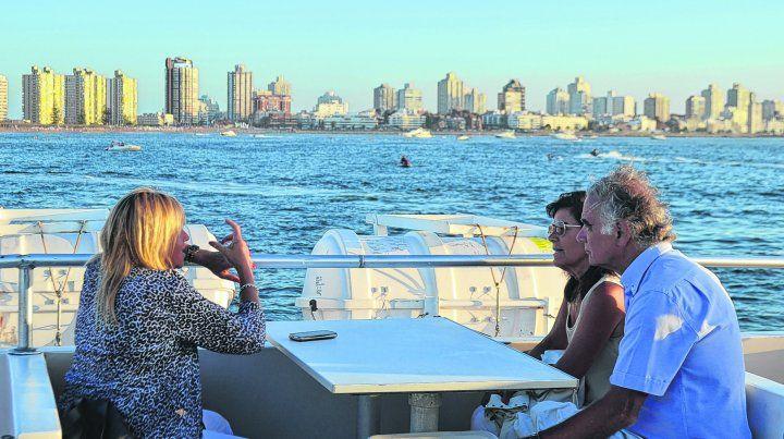 Por tierra o por mar. Punta del Este es una ciudad que ofrece atractivos para todos los gustos y bolsillos. Un paseo en barco puede ser una buena opción para admirar la península.
