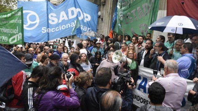 marcha bajo la lluvia. Los maestros públicos y privados unieron el miércoles las plazas 25 de Mayo y San Martín.