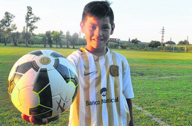El pibe 10 y la pelota. Gabriel Sánchez es considerado como la nueva joya del canalla.