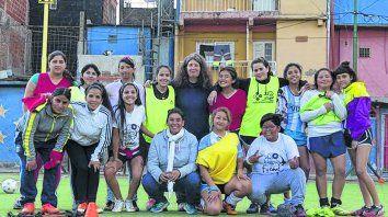 La Nuestra. Mónica Santino (arriba, centro) dirige el fútbol femenino desde hace 10 años en Villa 31.