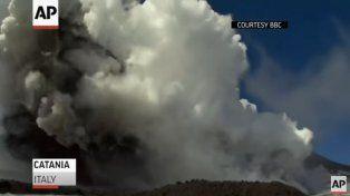 Los videos de la explosión en el volcán Etna que hirió a periodistas