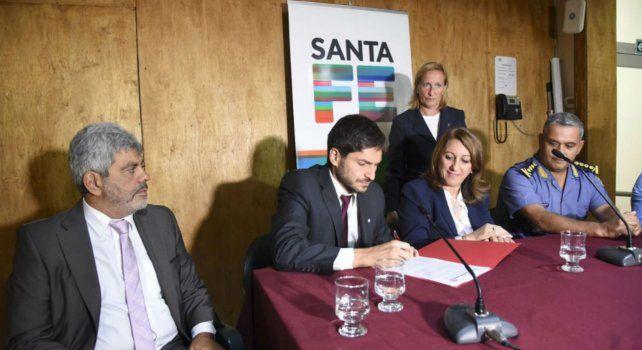El ministro Pullaro junto a la intendenta Mónica Fein y a autoridades policiales y judiciales durante la forma del convenio para la compactación de autos alojados en comisarías.