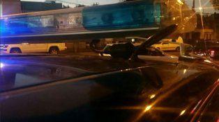 Móviles policiales arribaron a la zona del tiroteo para trabajar en la escena del crimen.