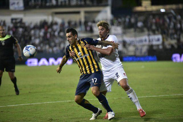 Germán Herrera protege el balón ante la marca de Sarulyte.