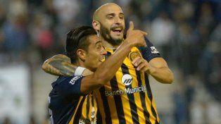 Camacho celebra el agónico gol de la victoria sobre Quilmes junto a Pinola.