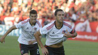 Grito de gol. Maxi Rodríguez anotó en la última victoria de local ante los sanjuaninos. Hoy quiere repetir.