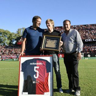 Diego Mateo exhibe la plaqueta y la camiseta número 5 que lo identificó durante muchos años.