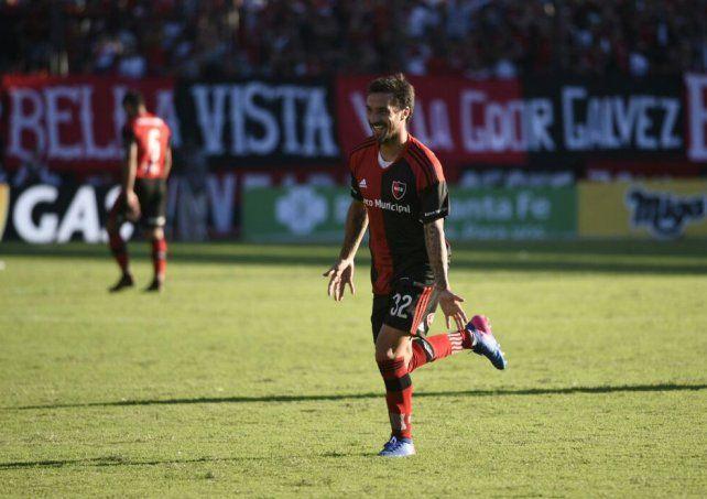 Scocco celebra una de sus tres conquistas para el contundente triunfo sobre Vélez.