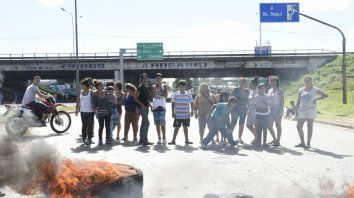 Uno más. Piquete de la Corriente Clasista y Combativa (CCC) en uno de los accesos a Rosario. La provincia está en el podio de esas protestas.