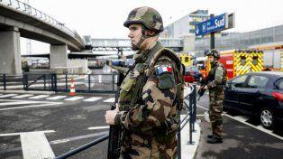 El aeropuerto fue cercado por fuerzas militares tras el incidente y cientos de pasajeros debieron ser evacuados por seguridad.