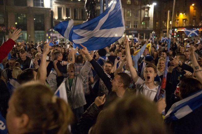 Manifestantes escoceses exigen un nuevo referéndum.