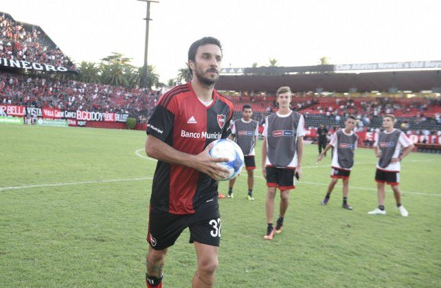 El dueño de la pelota. Scocco se llevó el balón a su casa luego de anotar tres goles.