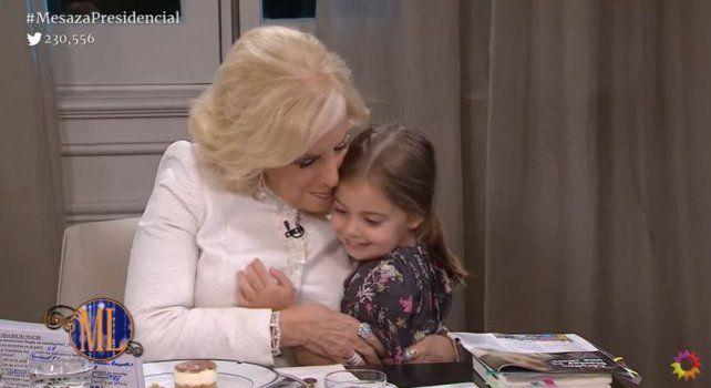 Antonia Macri puso un toque de ternura al irrumpir la mesa para abrazar a Mirtha