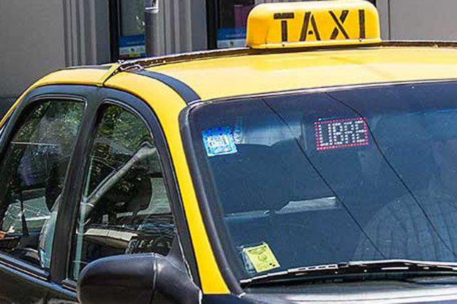 Una joven se tiró de un taxi  en movimiento cuando el chofer intentó abusar de ella