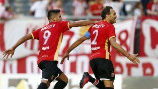 Desábato festeja su gol en el estadio platense.