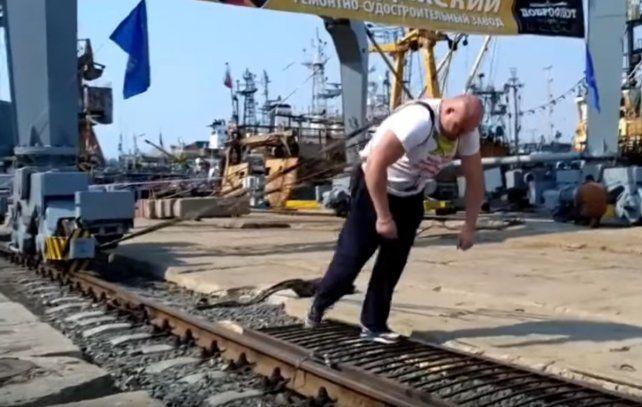 ¿El hombre más fuerte del mundo?: un ruso movió una grúa de 321 toneladas