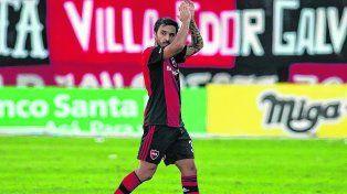 Iluminado por el gol. Nacho Scocco recibió una ovación cuando fue suplantado luego de hacerle tres goles a Vélez en la tarde del sábado en el Coloso.