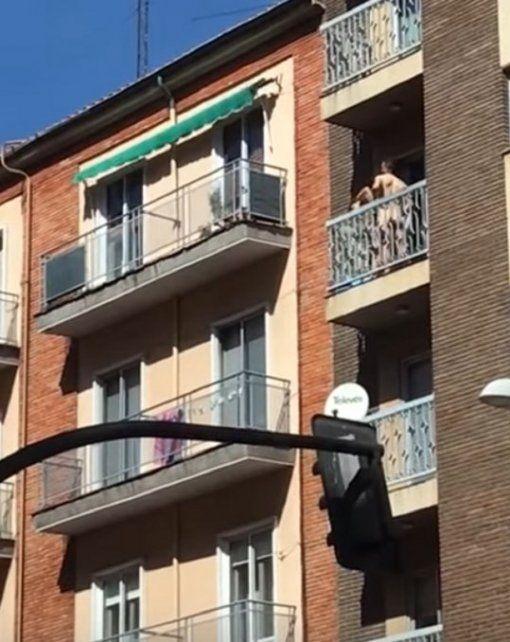 Filman a una pareja teniendo sexo en un balcón