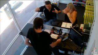 Llevó a reparar el celular y cuando lo revisaban  le explotó en la mano