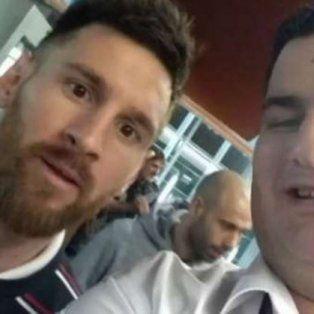 Al llegar al aeropuerto, Lionel concedió fotos con los fans.