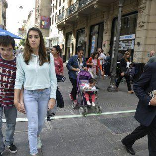 Los peatones se encuentran con el nuevo semáforo que está ubicado contra el piso.