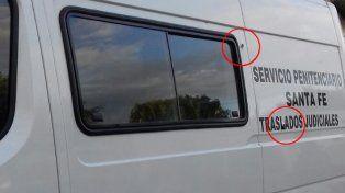 Dos de los impactos de bala sobre el vehículo que trasladaba a los imputados.