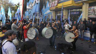 Protesta. El gremio mercantil en Rosario reclamó frente a los grandes supermercados que no abran los domingo y cumplan la norma provincial.
