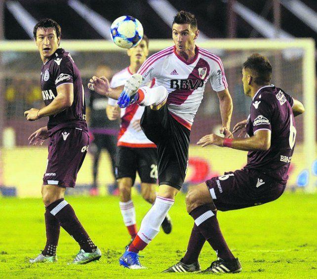 Intento. Alario busca maniobrar con la pelota entre Aguirre y Braghieri.